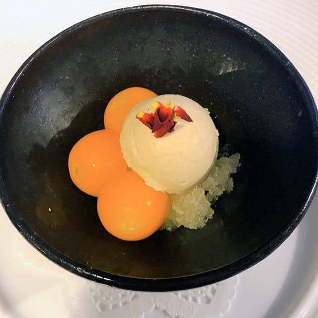 アミューズ:フォアグラのムース 季節のフルーツのコンポートとグラニテを添えて